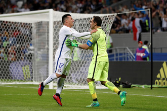 Капитан сборной Чили Клаудио Браво празднует победу над командой Португалии
