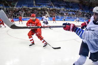 Павел Дацюк (Россия) и Райан Гандерсон (США) в матче Россия- США по хоккею среди мужчин группового этапа на XXIII зимних Олимпийских играх