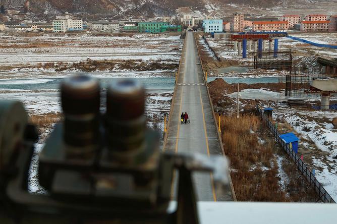 Бинокль в китайском городе Тумэнь около моста между Северной Кореей и Китаем, ноябрь 2017 года