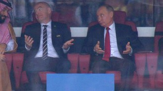 Президент России Владимир Путин (справа) во время матча открытия ЧМ-2018