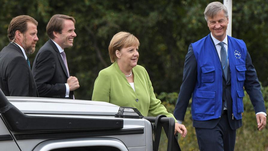 Меркель посмотрела в бинокль на российских военных в Южной Осетии