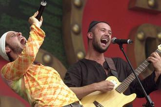 Участники группы «Пятница» («5nizza»)- Сергей Бабкин и Андрей Запорожец во время выступления на музыкальном фестивале «Крылья- 2004»