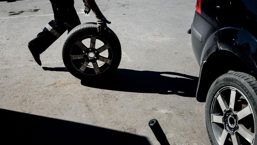 как ночью меняют колесо на трассе фото этом