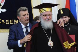 Патриарх Московский и всея Руси Кирилл во время вручения мантии почетного доктора Одесской национальной юридической академии, 2010 год
