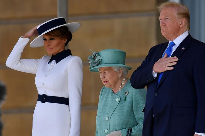 Президент США Дональд Трамп и его супруга Меланья во время встречи с Королевой Елизаветой II в Букингемском дворце в Лондоне, 3 июня 2019 года