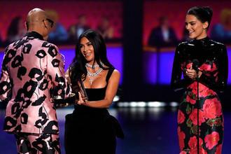 Ким Кардашьян-Уэст и Кендалл Дженнер во время церемонии вручения премии «Эмми» в Лос-Анджелесе, 22 сентября 2019 года