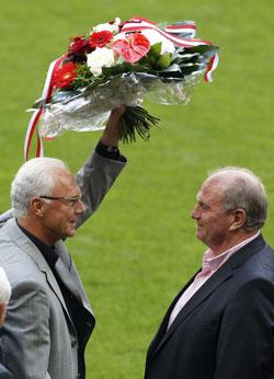 Бывший президент «Баварии» Франц Бекенбауэр (слева) получил перед матчем цветы