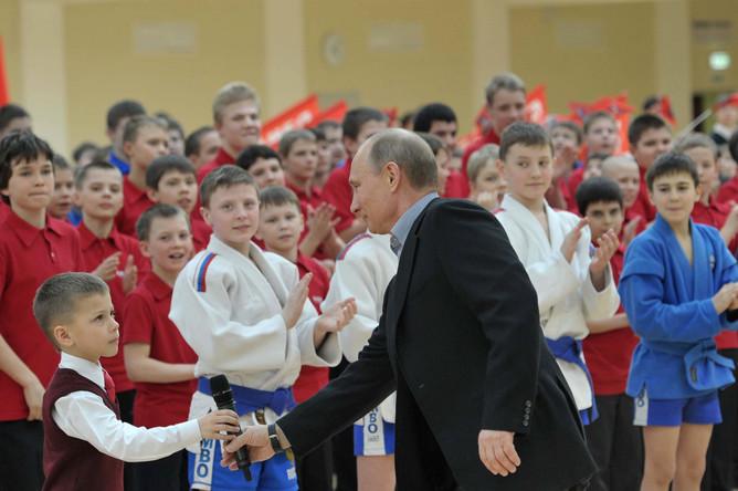 Путин здоровается с юным учеником центра