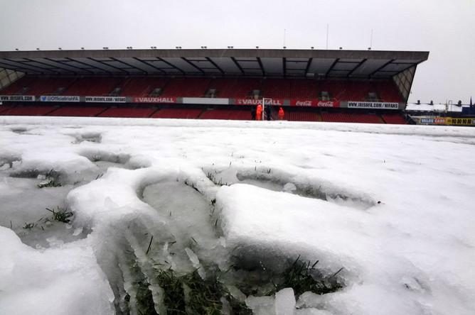 Газон арены в Белфасте покрыт снегом