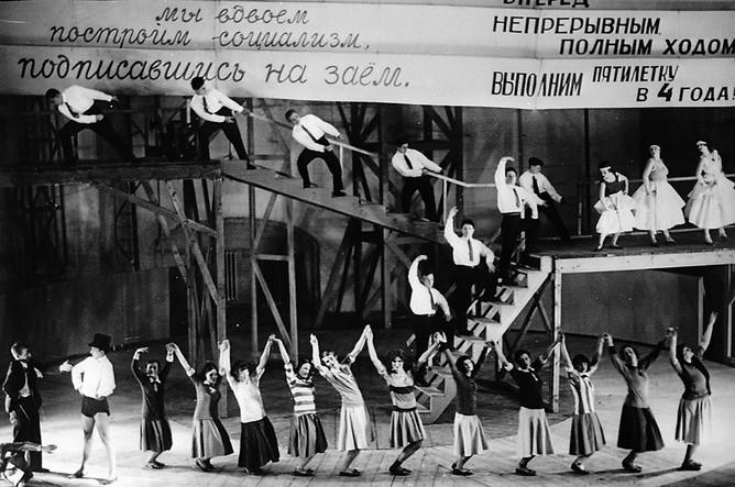 Сцена из спектакля Государственного театра Мейерхольда «Баня» по пьесе Владимира Маяковского в постановке Всеволода Мейерхольда. 1930 год