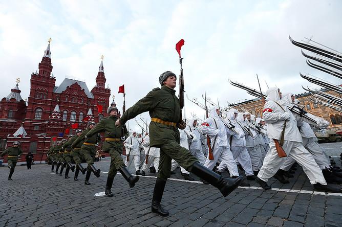 Репетиция участников марша в честь парада 7 ноября 1941 года на Красной площади