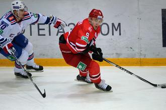 Антона Лазарева (с шайбой) будет очень не хватать «Автомобилисту» во время важных матчей чемпионата КХЛ