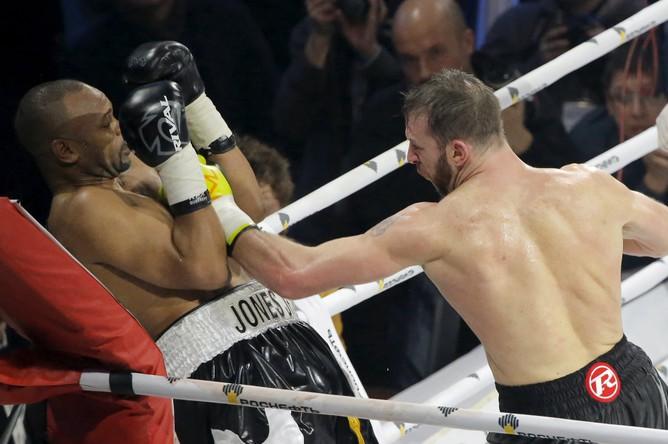 Боксер Рой Джонс-младший, получивший в этом году российское гражданство, потерпел поражение от британца Энцо Маккаринелли в бою, который проходил на арене «ВТБ Ледовый дворец» в Москве.