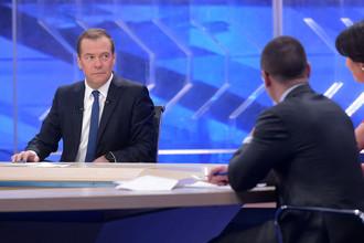 Председатель правительства России Дмитрий Медведев во время интервью журналистам пяти российских телеканалов в Москве, 30 ноября 2017 года