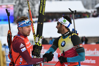 Антон Шипулин (слева) и Мартен Фуркад после финиша масс-старта на Кубке мира по биатлону