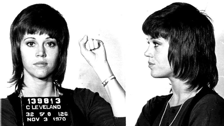 Джейн фонда на полицейских снимках после ареста за нападение в Кливленде, Огайо, 1970 год