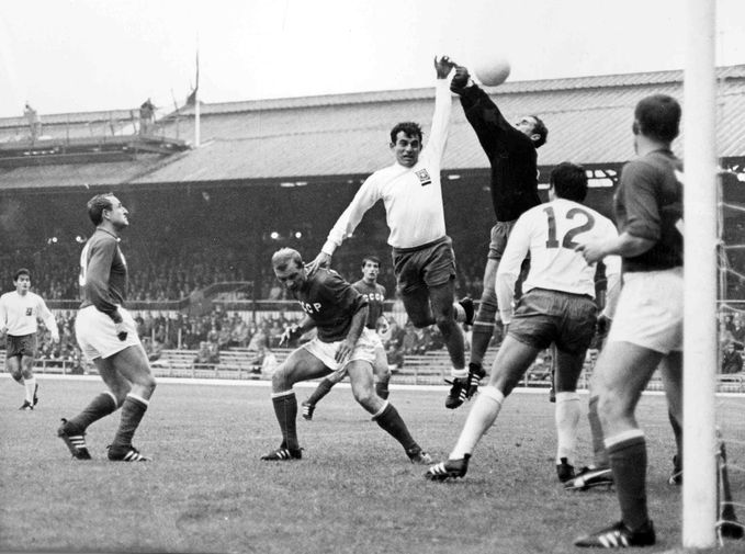 Советский вратарь Лев Яшин и чилийский футболист Онорино Ланда во время матча Чемпионата мира по футболу между СССР и Чили в Сандерленде, 1966 год