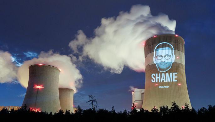 Акция экоактивистов — проекция портрета премьер-министра Польши Матеуша Моравецкого и надпись «Позор» на Белхатувской ТЭС — крупнейшей угольной электростанции Европы, июнь 2019 года