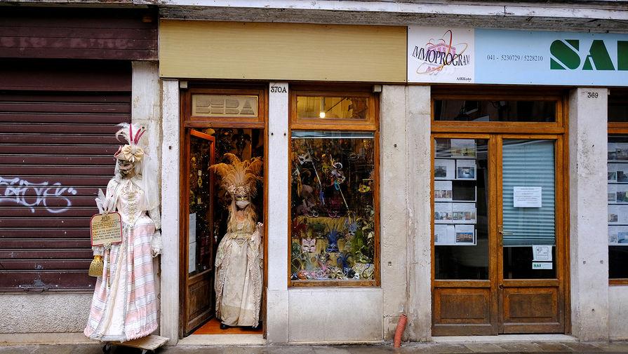 Магазин с карнавальными масками на одной из улиц в Венеции, 7 февраля 2021 года