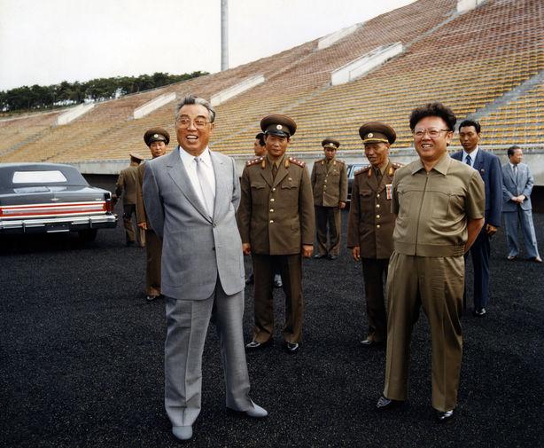 Ким Ир Сен и Ким Чен Ир на футбольном стадионе в Пхеньяне, снимок опубликован в 1989 году