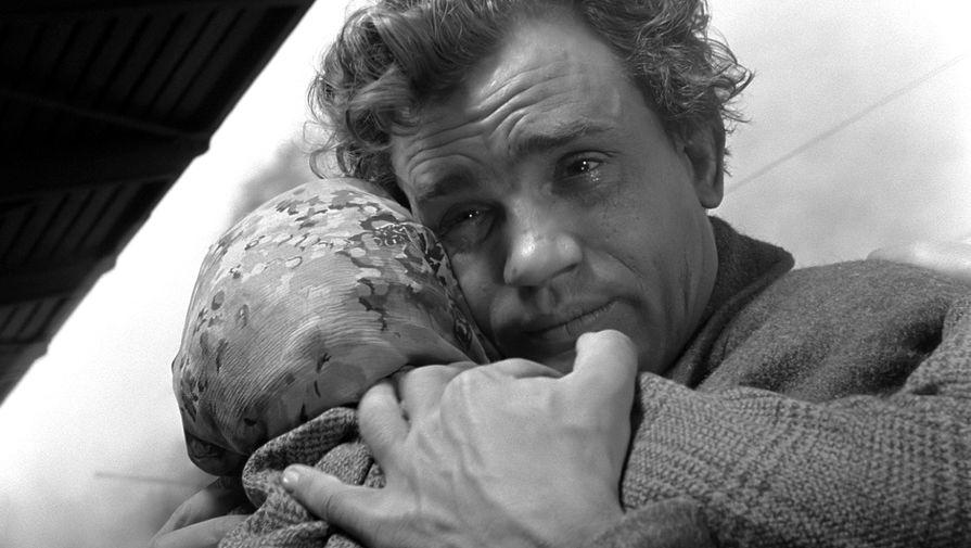 <b>&laquo;Баллада о солдате&raquo; (1959)</b> <br>Режиссер &laquo;Баллады о солдате&raquo; Григорий Чухрай прошел всю войну, был четыре раза ранен, награжден орденом Красной Звезды. Героев, как Алеша Скворцов, он встречал на фронте. Из-за этого в ленте есть некоторые допущения. Военные в фильме носят погоны, которые были введены в советской армии в 1943 году, хотя действие происходит в 1942-м. Но Чухрай понимал, что образ воина-освободителя ассоциируется с формой, на которой погоны уже были, поэтому позволил эту историческую неточность