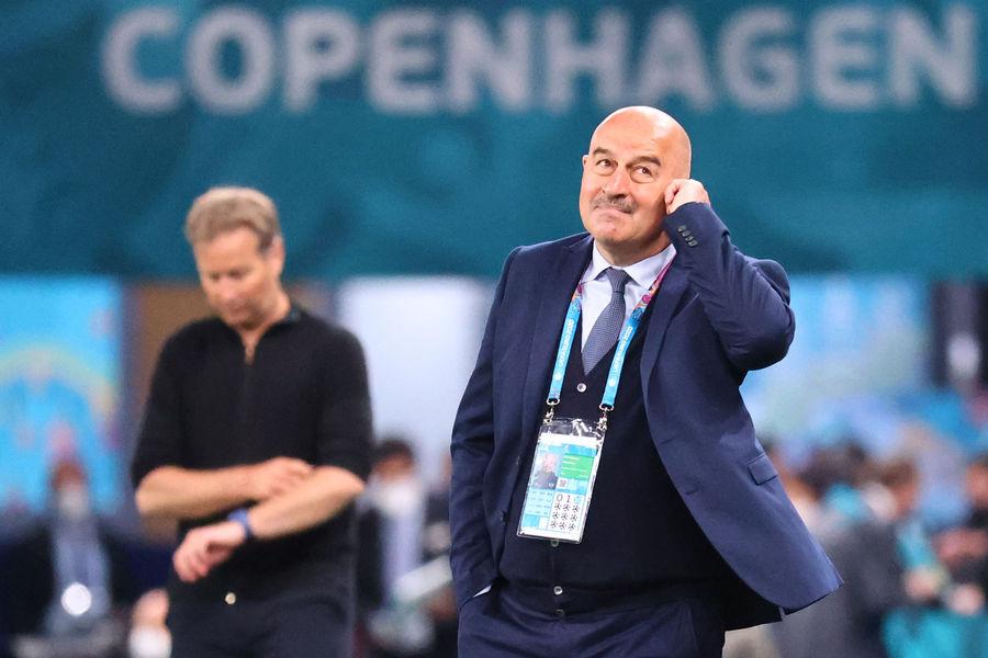 Станислав Черчесов во время матча Дания — Россия на Евро-2020
