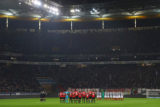 Игроки футбольных клубов «Айнтрахт» (Франкфурт) и «Майнц 05» во время минуты молчания перед матчем, 20 декабря 2016 года