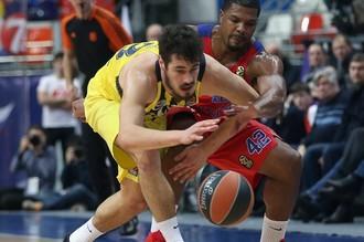 Баскетболист ЦСКА Карл Хайнс сражается с оппонентом из «Фенербахче»