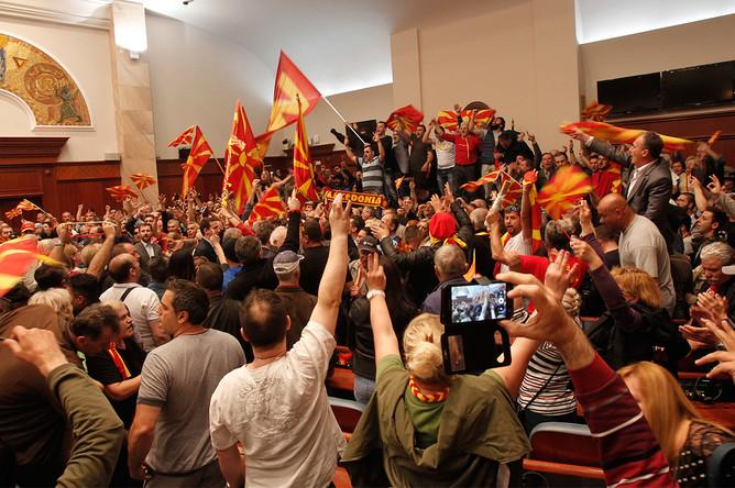 Протестующие внутри здания парламента Македонии в Скопье, 27 апреля 2017 года