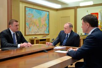 Президент России Владимир Путин принял отставку губернатора Тульской области В. Груздева (справа) по его желанию и поручил исполнять обязанности руководителя региона до выборов А. Дюмину, 2016 год