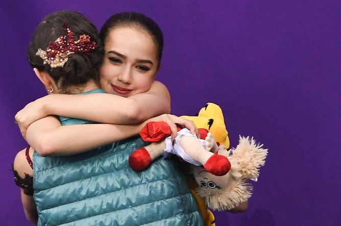 Алина Загитова и Евгения Медведева после окончания выступления в произвольной программе