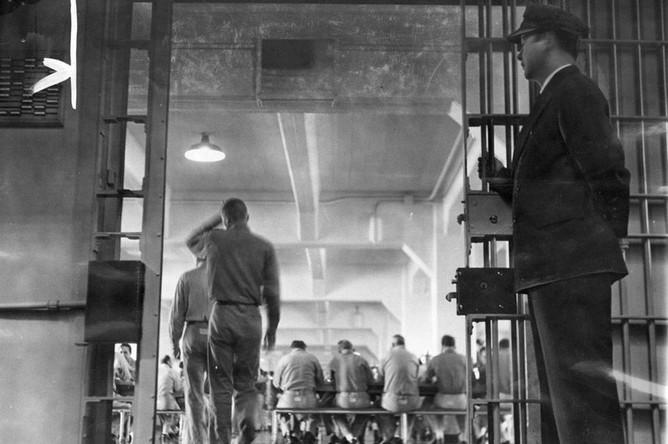 Охранник стоит возле входа в столовую тюрьмы Алькатрас, 1955 год