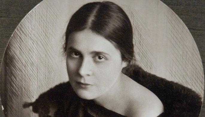 Репродукция с фотографии А. Бохмана «Лиля Брик. Рига» (1921 г.)