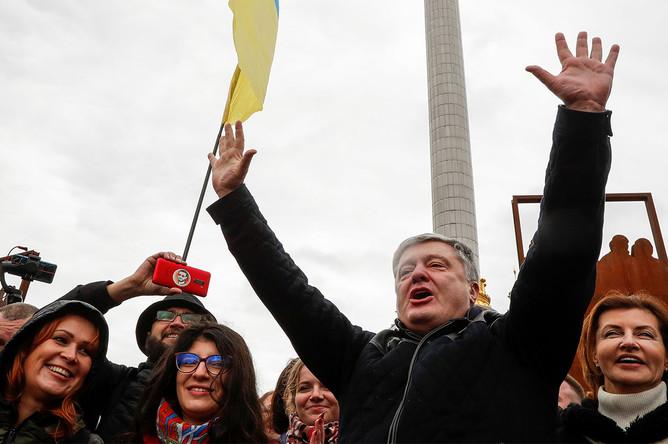 Экс-президент Украины Петр Порошенко принимает участие в митинге против утверждения так называемой «формулы Штайнмайера» в Киеве, 6 октября 2019 года