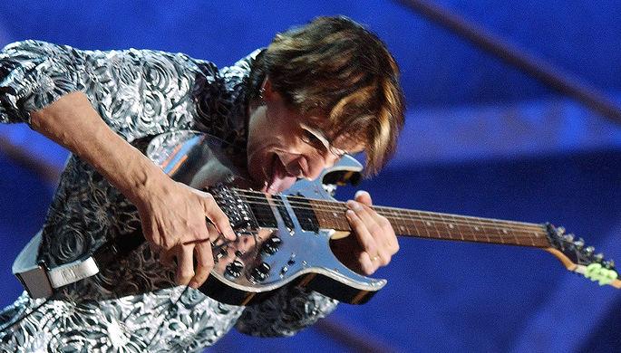 Стив Вай во время выступления на 45-й церемонии «Грэмми», 2003 год