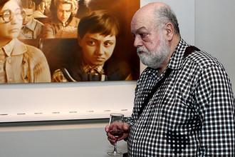 Художник Семен Файбисович у своей картины «Подмосковная электричка. На дачу» (1990 г.)