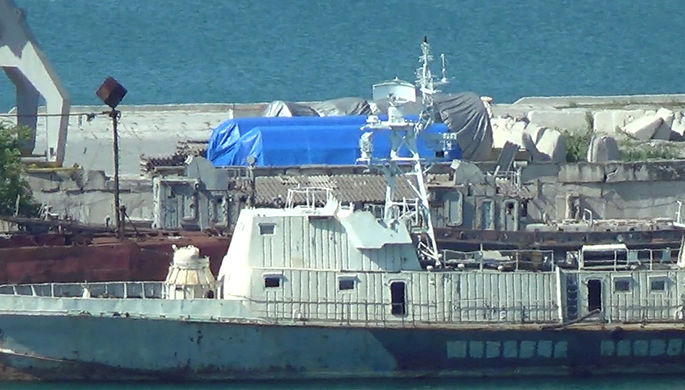 Кадр из видео, где видно, что синий брезент укрывает оборудование в порту Феодосии (Крым). 11 июля 2017 года