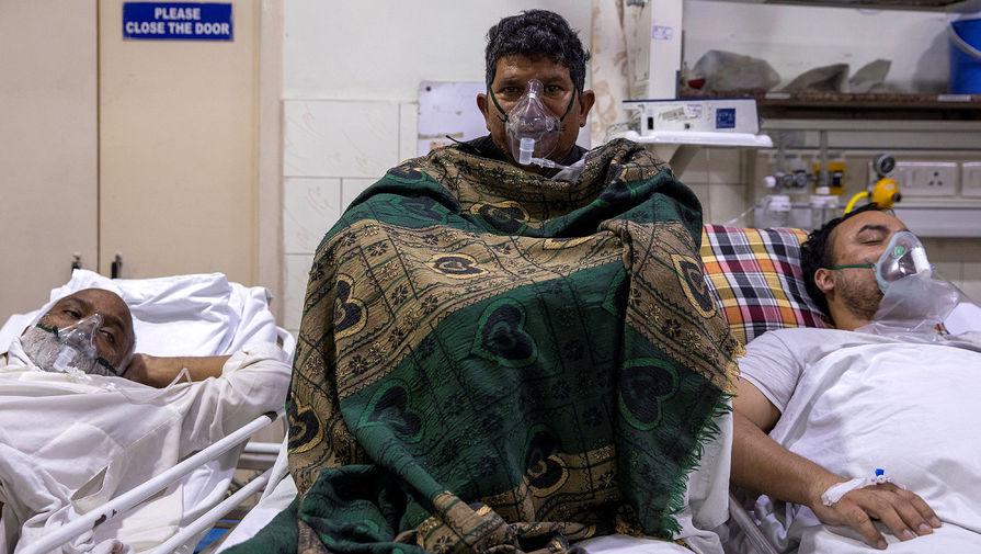 Пациенты получают кислород в Больнице святого семейства в Дели