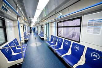 В «Москве» появится новый для столичного метро тип поручней – вертикальные, установленные в накопительных площадках у дверей, а общее число поручней увеличится на 30%.