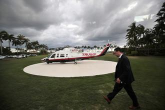 Сотрудник секретной службы возле личного вертолета президента США Дональда Трампа в Мар-а-Лаго, Палм-Бич, Флорида, США, 9 апреля 2017 года