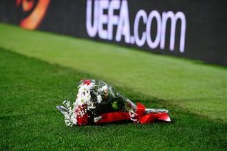 Цветы на матче 1/8 финала Лиги Европы «Атлетико» — «Локомотив»