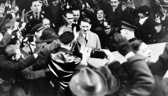 Лидер НСДАП Адольф Гитлер со сторонниками в Берлине после назначения рейхсканцлером Германии, 30 января 1933 года