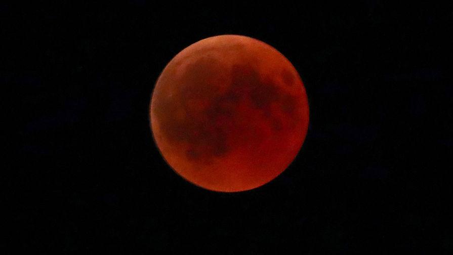 «Красная» луна на Мюнхеном, Германия, 27 июля 2018 года