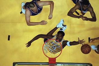 Игрок «Лос-Анджелес Лейкерс» Коби Брайант во время матча в Инглвуде, штат Калифорния, 1998 год