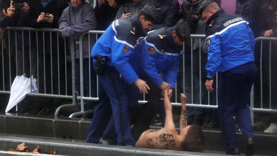 Обнаженная активистка попыталась остановить кортеж Трампа в Париже