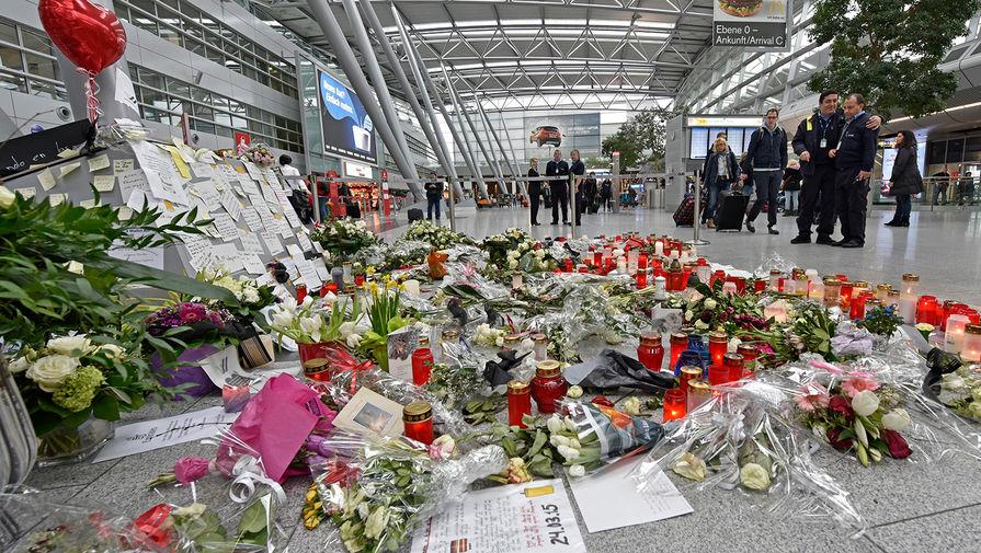 Цветы в аэропорту Дюссельдорфа, куда направлялся самолет Airbus A320 авиакомпании Germanwings, 31 марта 2015 года