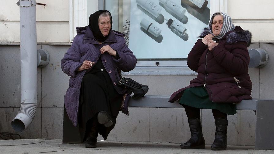 Женщины сидят на скамейке на одной из улиц Москвы в период пандемии коронавируса COVID-19, 26 апреля 2020 года