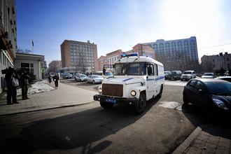 Машина с обвиняемыми по делу «приморских партизан» на территории Приморского краевого суда