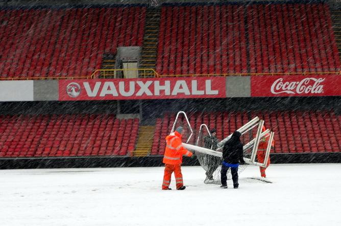Работники стадиона «Уиндзор Парк» прилагают усилия для того, чтобы матч состоялся