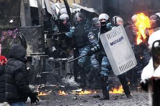 Сторонники оппозиции и сотрудники милиции на улицах в центре Киева